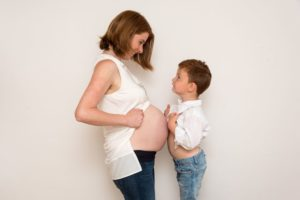 Babybauch mit Sohn